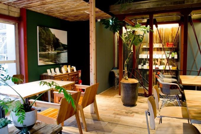 木の床や植木が飾られた『離島キッチン』の店内