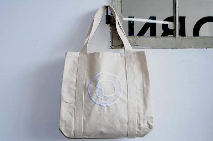 イヤマの白いキャンバスのトートバッグ
