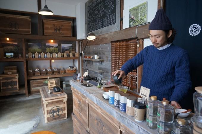 蔵前NAKAMURA TEA LIFE STOREのお店の中で日本茶を入れる様子