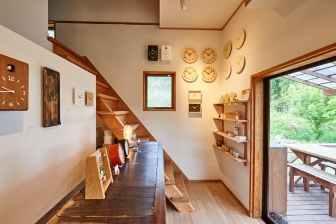 時計がたくさん飾られた「能登デザイン室」の店内
