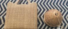 原始布・古代織を用いて作られたストールの上に置いたバッグ