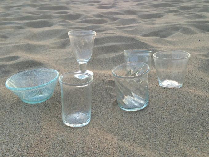 鳥取砂丘に並んだ前田一郎さんの吹きガラス作品