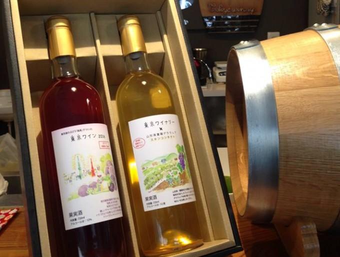 東京ワイナリーの贈答用ワイン赤白とワインの樽