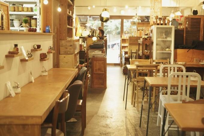 「小古道具店 四歩(こふるどうぐてん しっぽ)」のカフェの様子