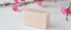 桃の花と北麓草水の新発売のピンク色の桃石鹸