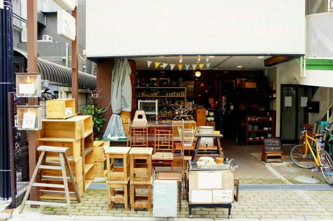 「小古道具店 四歩(こふるどうぐてん しっぽ)」の入り口。古道具や古家具が並んでいる様子
