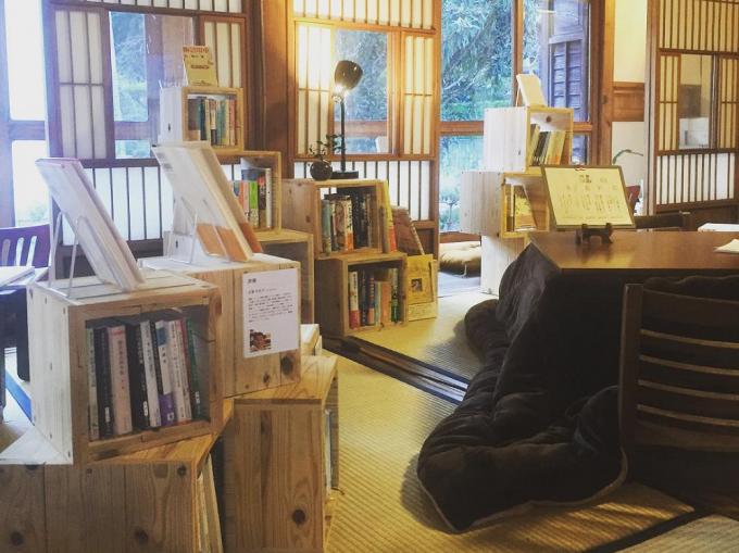 泊まれる図書館 暁(あかつき)の本棚やこたつがある室内