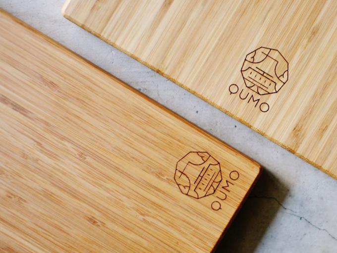 九雲(くも)のロゴが入った竹のまな板