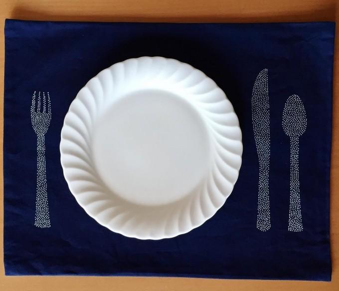 フォークやナイフ、スプーンの図柄の「ものあい」のランチョンマット