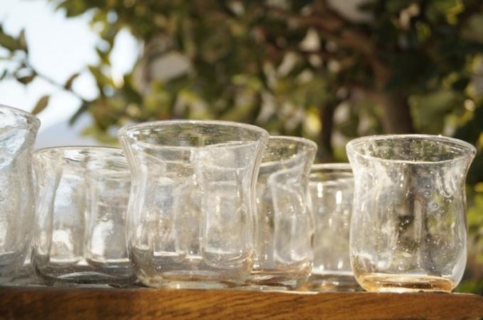 吹きガラス作家の前田一郎さんが作った気のないコップ