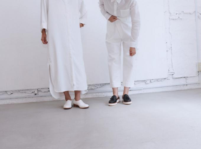 THE SUROUのレザーシューズを履いた二人の女性