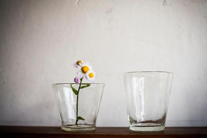 二つ並んだ前田一郎さんの吹きガラスに入った花