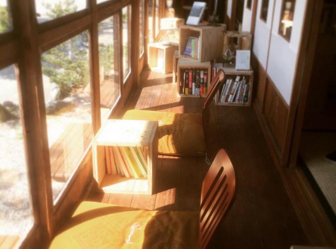 泊まれる図書館 暁(あかつき)の日当たりの良い縁側席