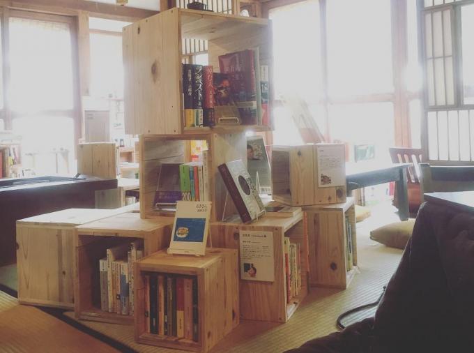 泊まれる図書館 暁(あかつき)の本棚や本が並ぶ室内
