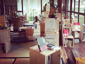 1日1組限定。古民家を改装してできた「泊まれる図書館 暁」で本にたっぷりと浸る夜を
