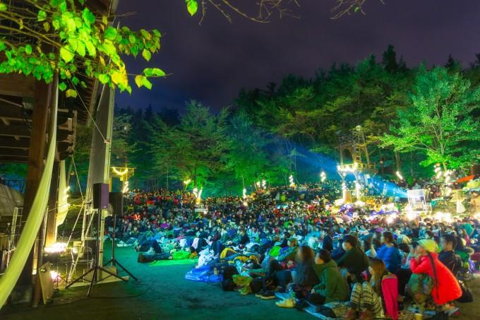 『夜空と交差する森の上映会』の上映風景