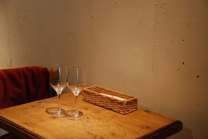 スイーツと自然派ワインの店下北沢「ノイエ(Neue)」の店内のテーブルとワイングラス2個