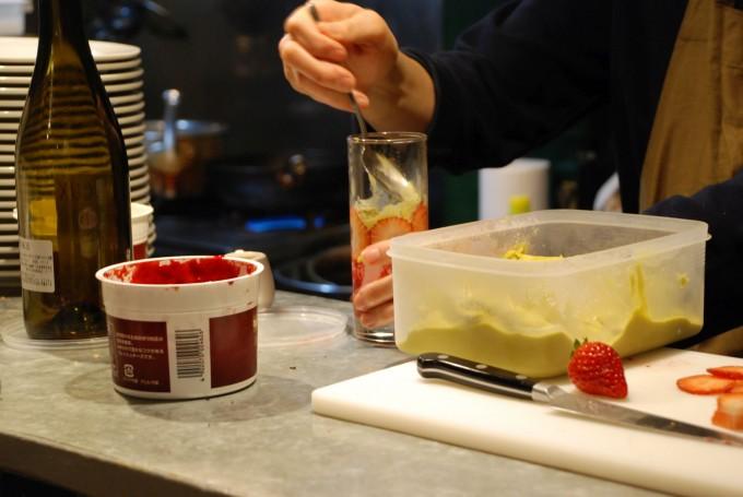 スイーツと自然派ワインの店下北沢「ノイエ(Neue)」のイチゴとピスタチオのパフェを作る菅原さん