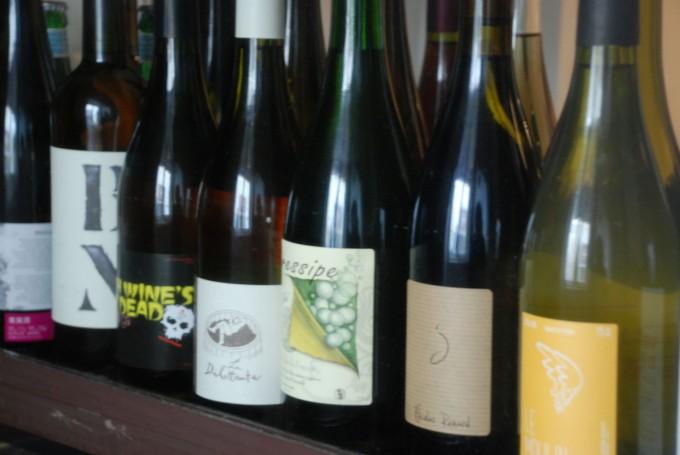 スイーツと自然派ワインの店下北沢「ノイエ(Neue)」に並ぶ自然派ワインのボトルのエチケット