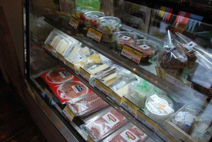 深川ワイナリーの系列店で清澄白河にあるワインショップ市松屋の店内で販売しているハムとチーズ