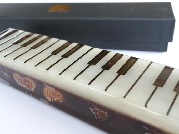ピアノの柄のいちじくの入ったジャズ羊羹