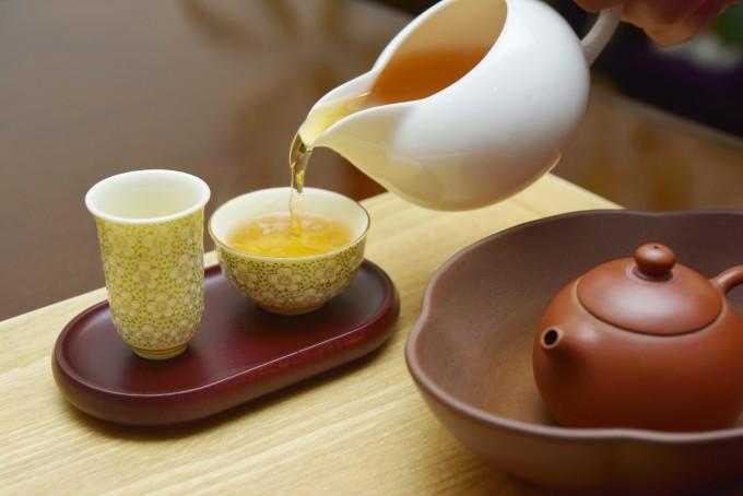 茶器で中国茶を入れている