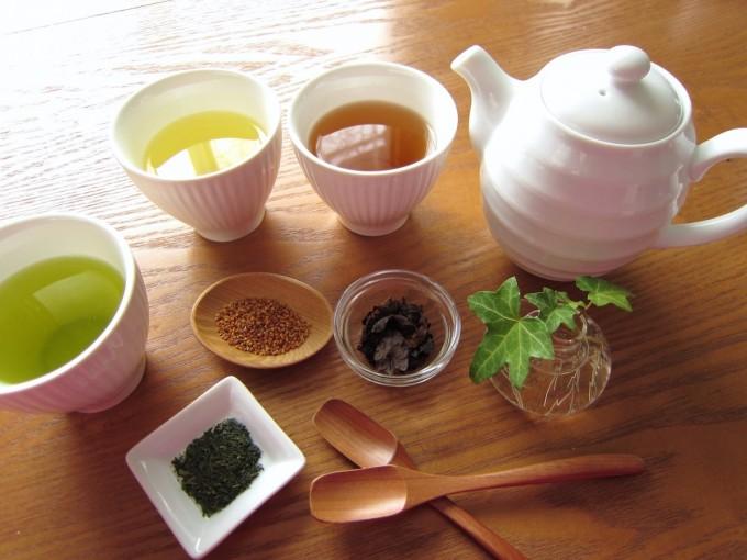 中国茶の白いシンプルな茶器に注いだセット一式
