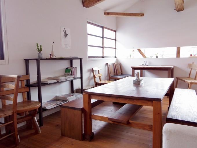 木製家具が並んだnicoドーナツのカフェスペース