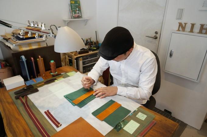 NiHのオーダーメイドの革の小物を製作する革職人の店主