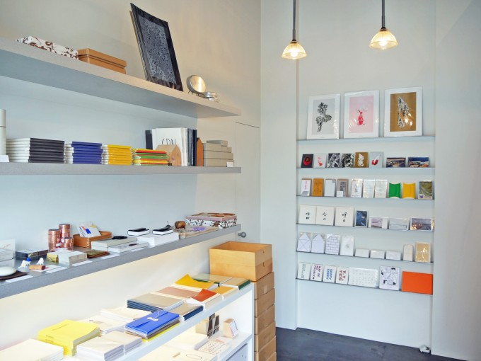 PAPIER LABO. (パピエラボ)の移転後の店舗の中にカードやカレンダーやノートが並んでいる