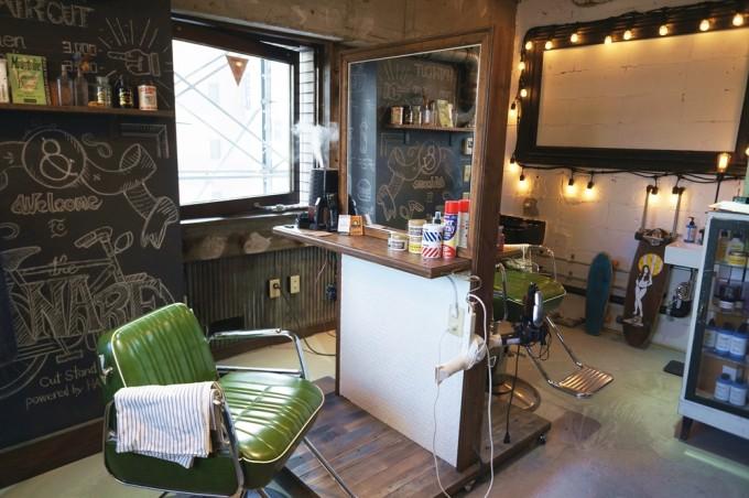 蔵前THE EASTにあるコーヒースタンドLEAVES COFFEE APARTMET(リーブスコーヒーアパートメント)にある隠れ家ヘアサロンの店内