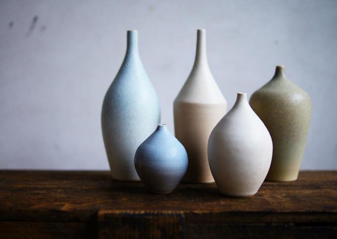 おしゃれな花瓶、「Yuka Ando」のやさしい色合いの陶器の一輪挿し