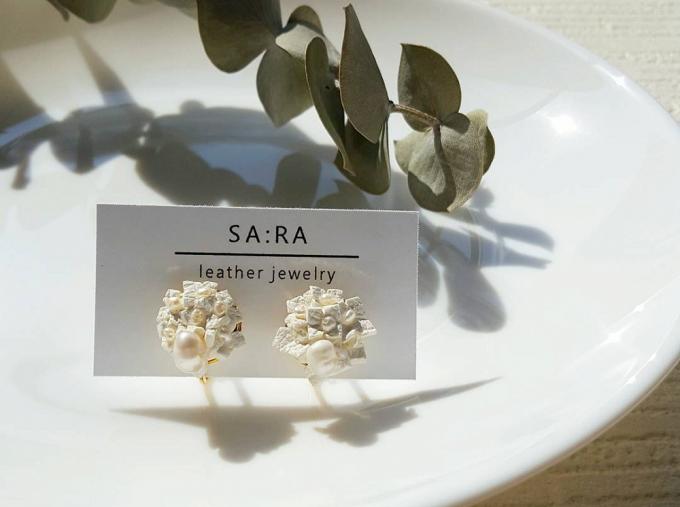 白いお皿に載せられた「SA:RA」のイヤリング