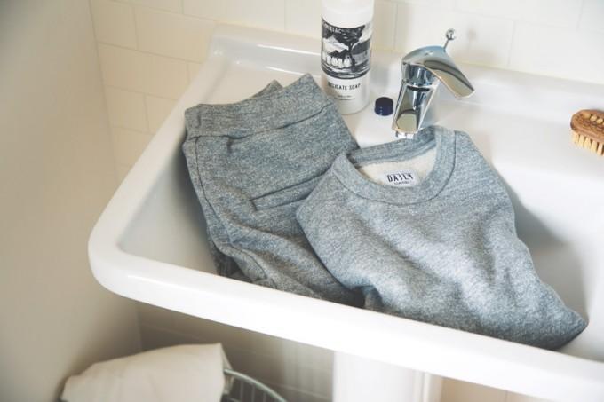 洗面台に置かれた「DAILY CLEANERS&CO.」のスウェット上下