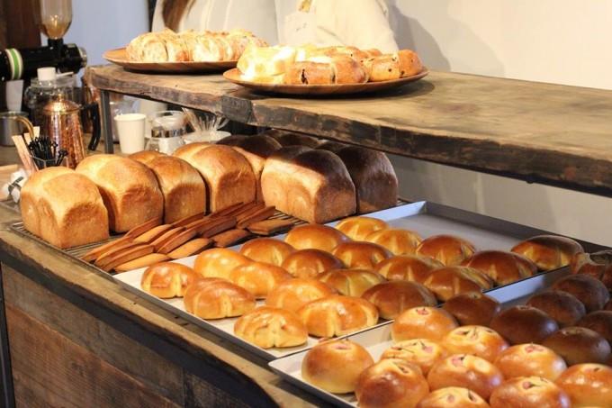 「上野桜木あたり」にあるKayaba Bakeryの店頭に並ぶ、数種類のパンたち