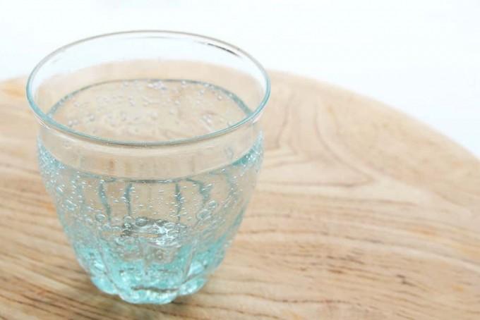 木のテーブルに置かれた伊藤亜木さんの青い気泡が入った硝子のモールコップ