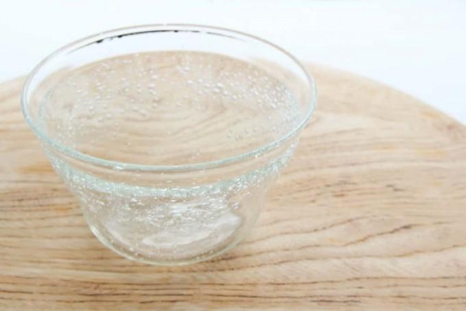 木のテーブルに置かれた伊藤亜木さんの気泡が入った硝子の器