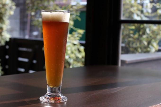 「上野桜木あたり」にある谷中ビアホールで提供されるグラスに注がれたクラフトビール
