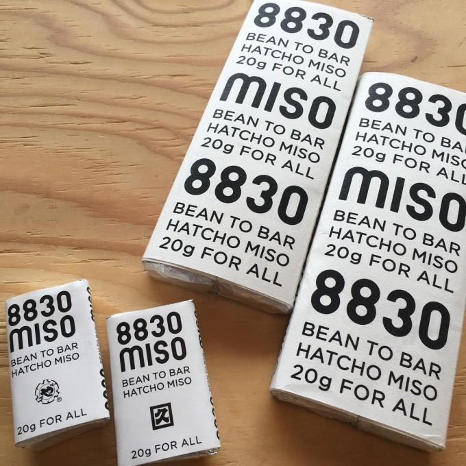「8830 MISO」によるビーン・トゥー・バーの八丁味噌「BEAN TO BAR HATCHO MISO」のパッケージ