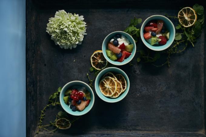 フルーツが盛られた林彩子さんの個展『EAt!』の陶器