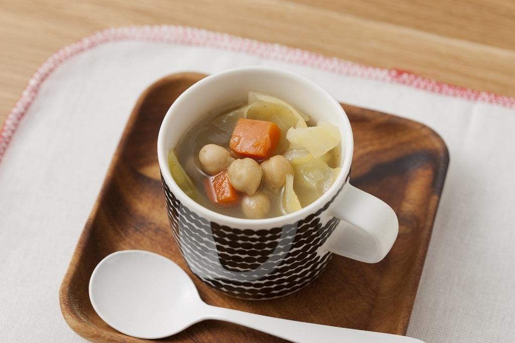 カップに入れられた春キャベツと有機ひよこ豆スープ