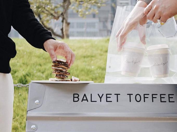 「BALYET TOFFEE COFFEE」のトフィーとテイクアウトしたコーヒーを外で飲食しようとしているところ