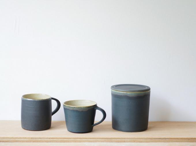 Yuka Andoの陶器製のマグカップと味噌つぼ