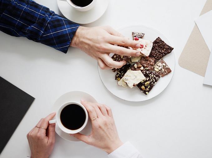 「BALYET TOFFEE COFFEE(バルイェット トフィーコーヒー)」のトフィーを持とうとしているところ