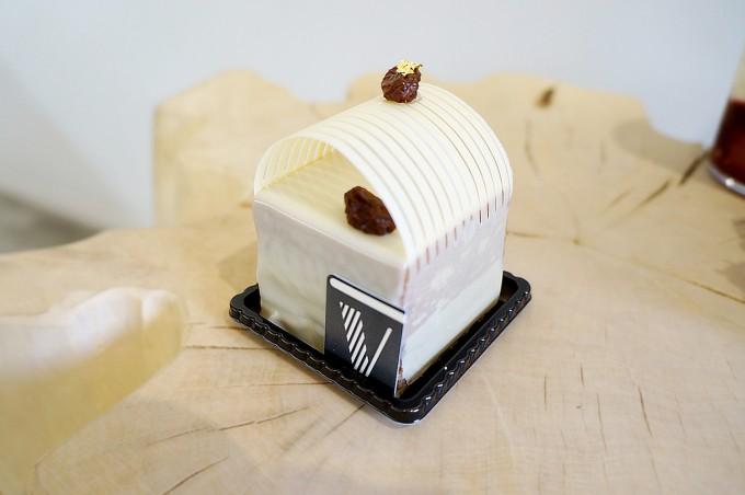 清澄白河のフランス菓子店「EN VEDETTE(アンヴデット)」の松の実とショコラムース、ラムレーズンを使った白いケーキ