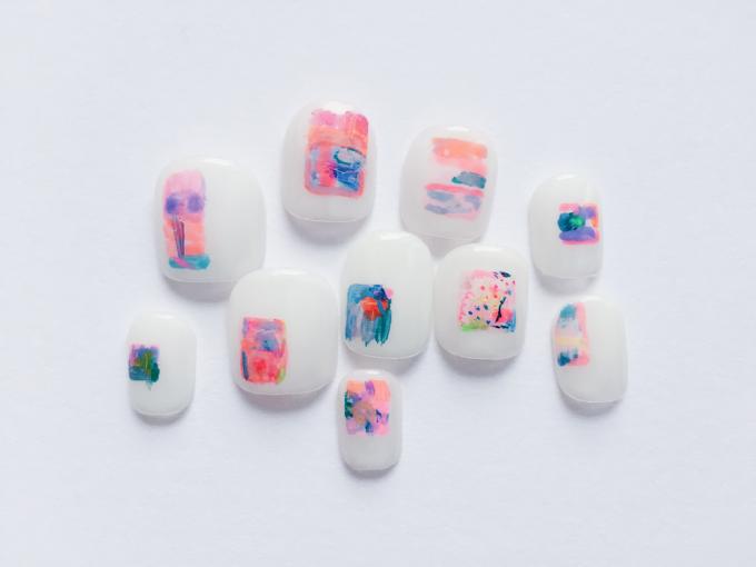 """「nail atelier りぼん」で販売しているネイル商品""""あの日の思い出""""が並べられている"""