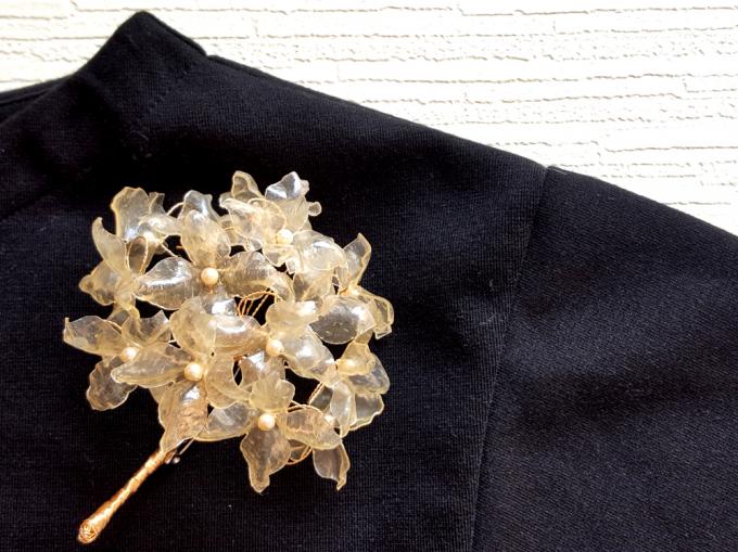 洋服につけた「SA:RA」の紫陽花コサージュ