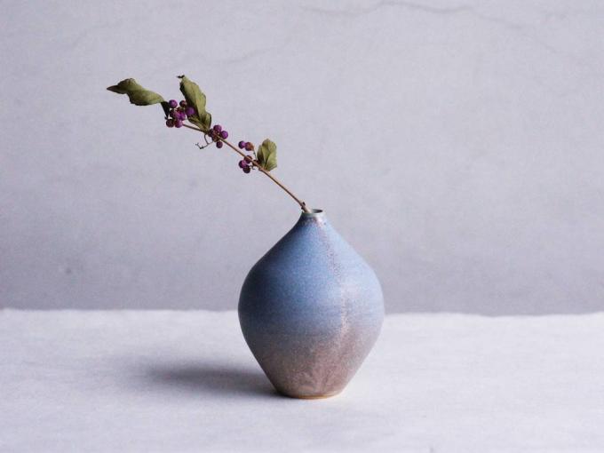 ドライフラワーを挿したYuka Andoの陶器製の一輪挿し
