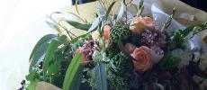 「ZAIKUCRAFT」の花束を手に持っているところ