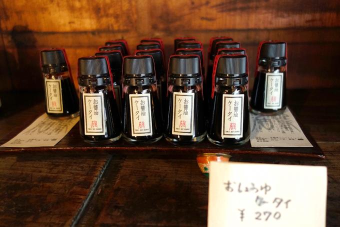 能登半島の七尾にある鳥居醤油店で販売中の「お醤油ケータイ」が陳列されている
